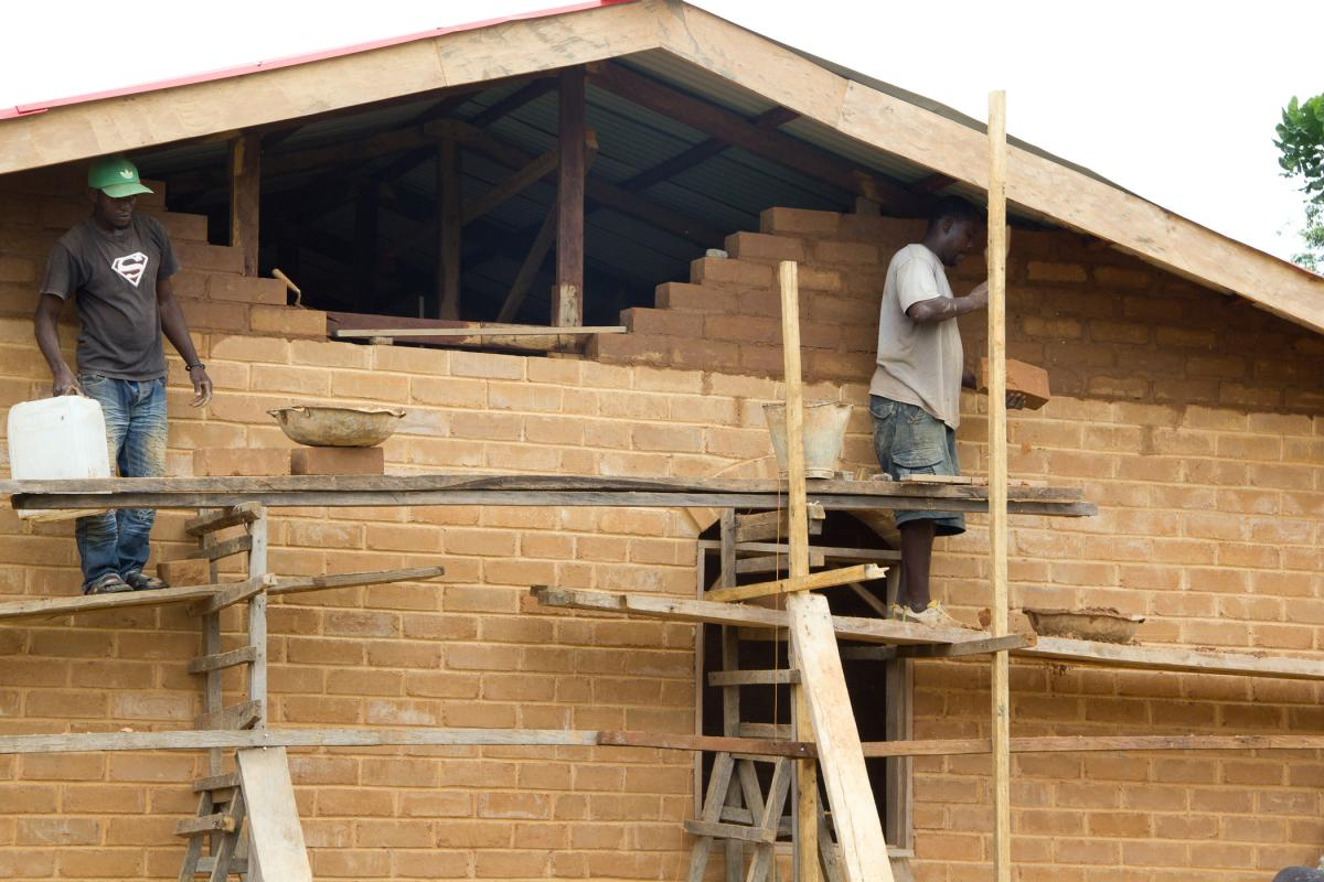 Trainees working on a home in Fassavolu